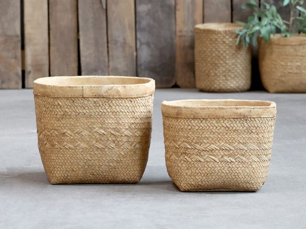 A square plant pot with rounded edges. It has a plain rim with the main part of the plant pot being a basket weaved patterned lookBraided plant pot