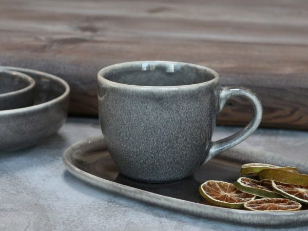 Stoneware blue/grey mottled effet cup with handle on a tray